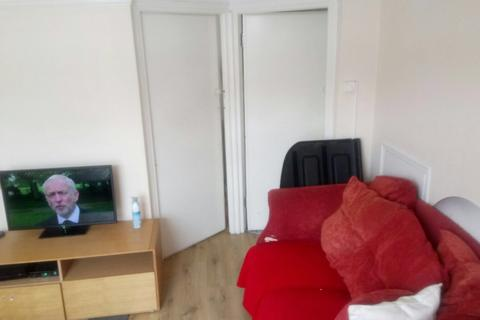 3 bedroom flat to rent - Richards Avenue, Romford, Essex RM7