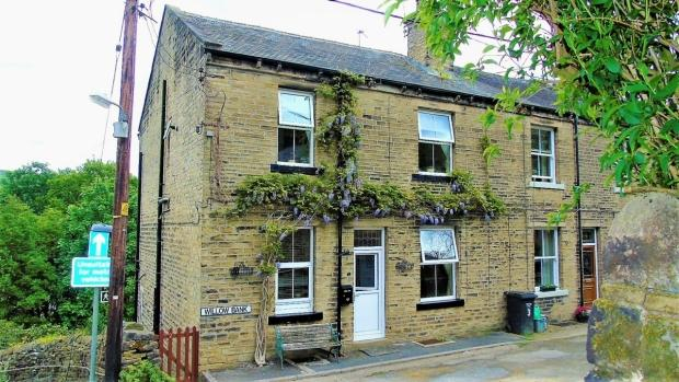 2 Bedrooms End Of Terrace House for sale in Willow Bank Luddendenfoot Halifax