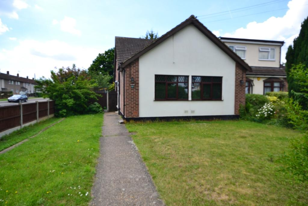 2 Bedrooms Semi Detached Bungalow for sale in First Avenue, Stanford-le-Hope, SS17