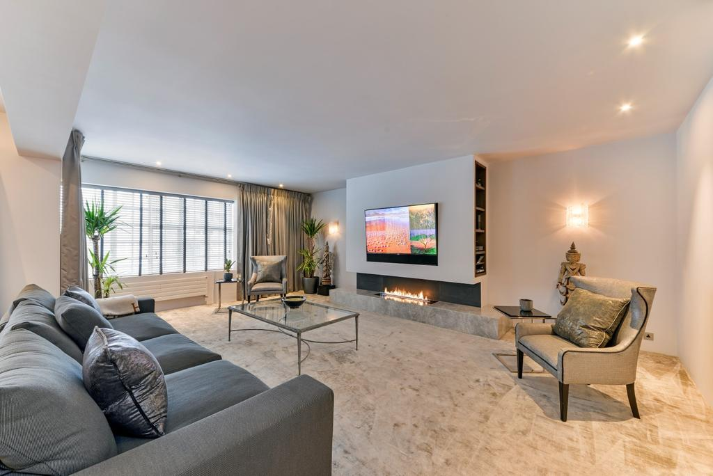 2 Bedrooms Flat for sale in Chesham Street, London. SW1X