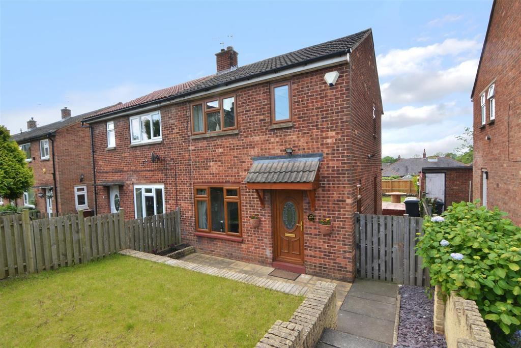 3 Bedrooms Semi Detached House for sale in Manor Close, Yeadon, Leeds