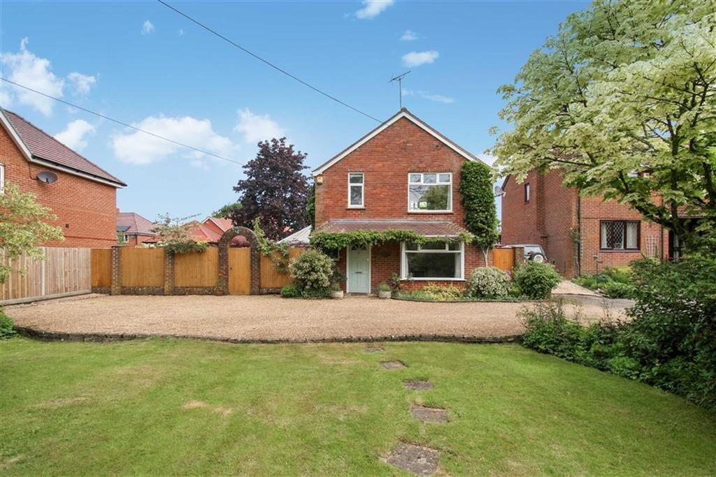 3 Bedrooms Detached House for sale in Longmoor Road, Liphook, Hampshire, GU30
