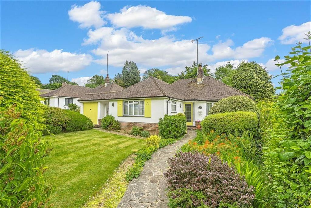 2 Bedrooms Bungalow for sale in Paddock Way, Hurst Green, Surrey