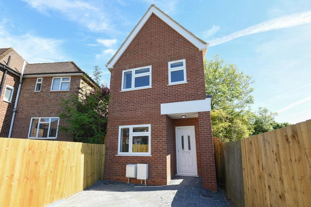 3 Bedrooms Detached House for sale in Crockham Way, Eltham, SE9