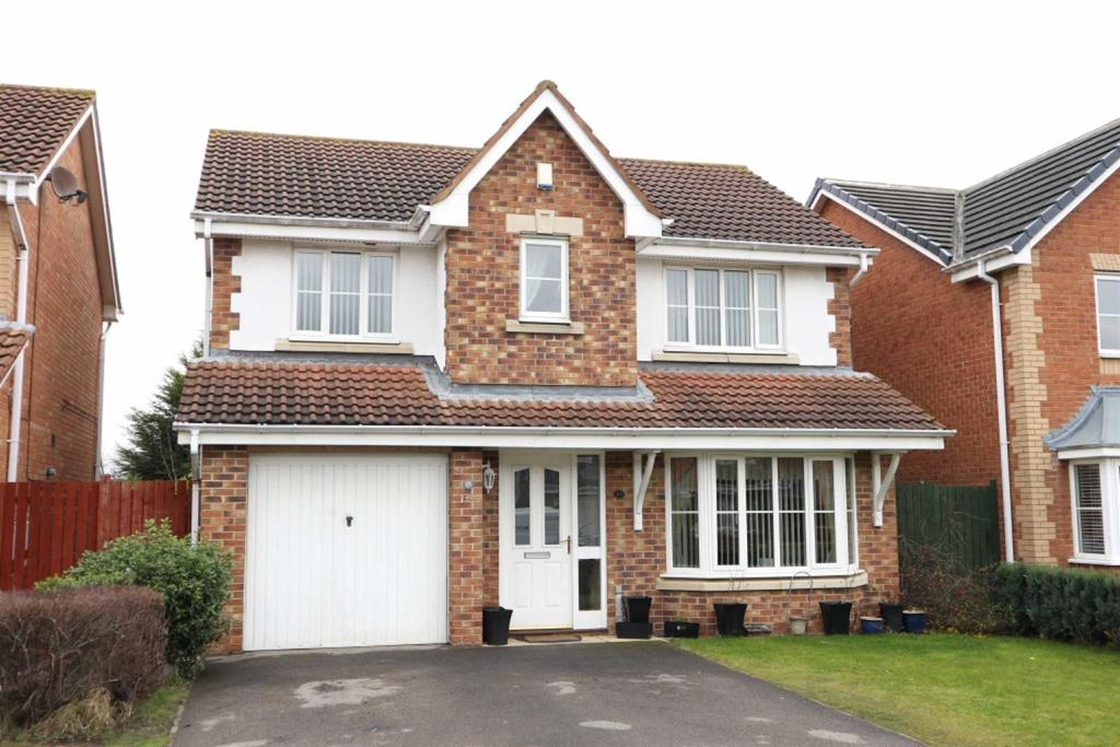 4 Bedrooms Detached House for sale in Woolsington Drive, Middleton St George, Darlington