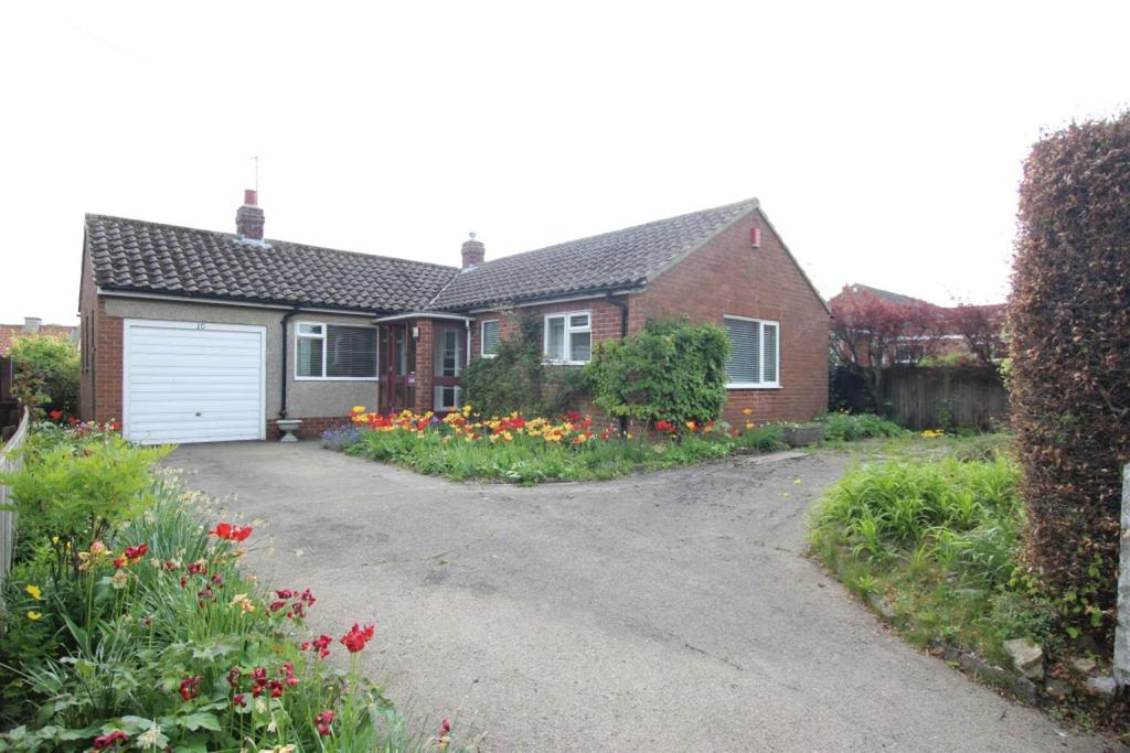 2 Bedrooms Detached Bungalow for sale in Hall Lane, Heighington Village, Newton Aycliffe