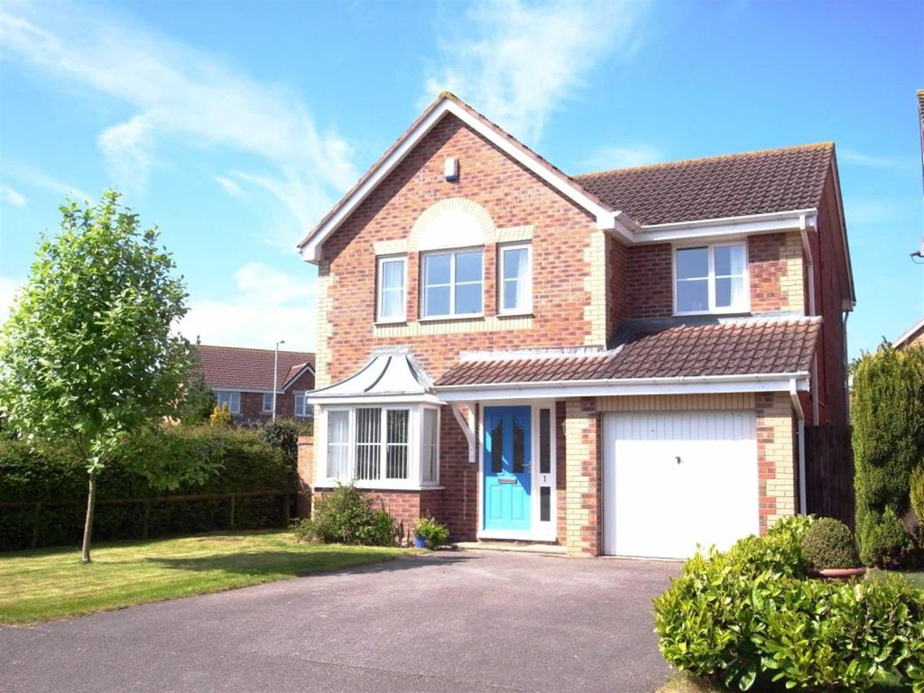 4 Bedrooms Detached House for sale in Yeadon Walk, Middleton St George, Darlington