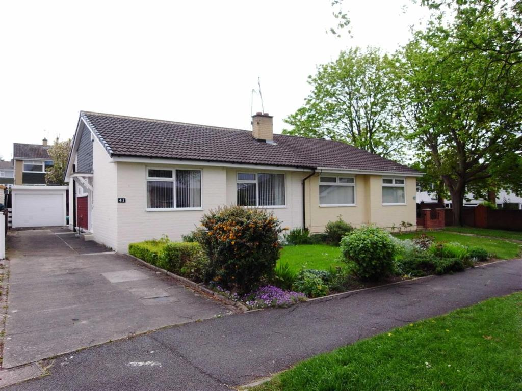 2 Bedrooms Semi Detached Bungalow for sale in Ridgeway, Darlington