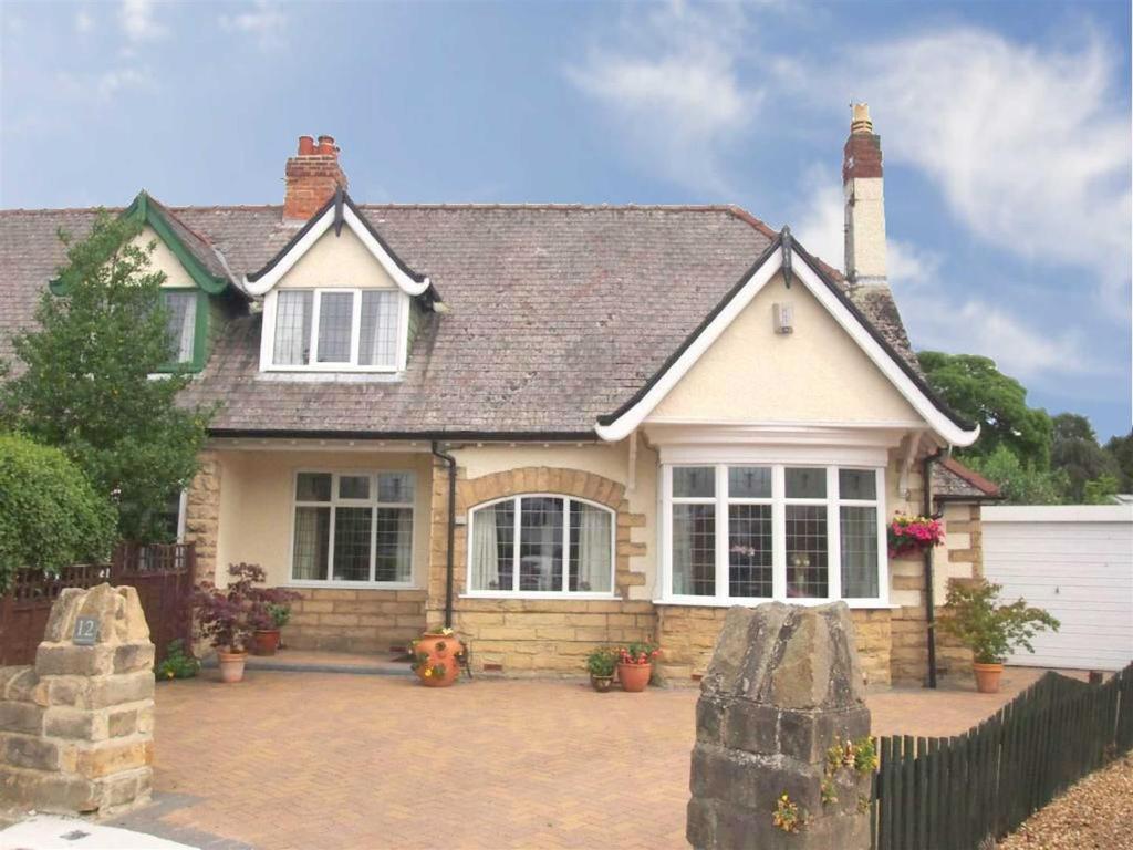3 Bedrooms Semi Detached House for sale in Stonehurst Drive, Darlington