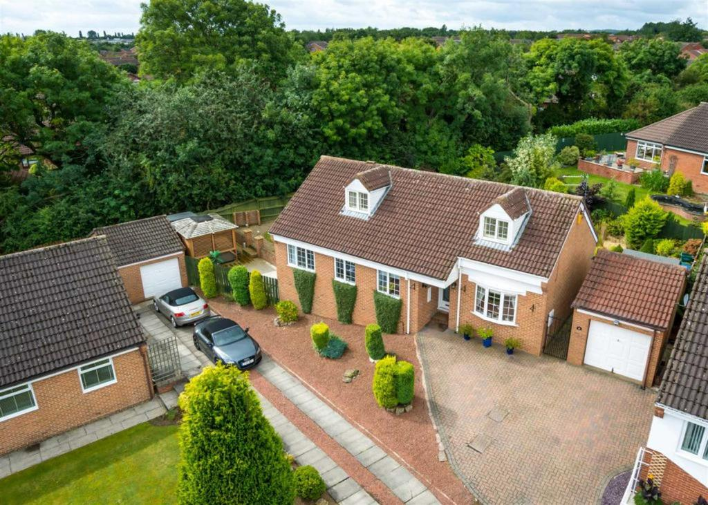 4 Bedrooms Detached House for sale in Sandown Drive, Woodham, Newton Aycliffe