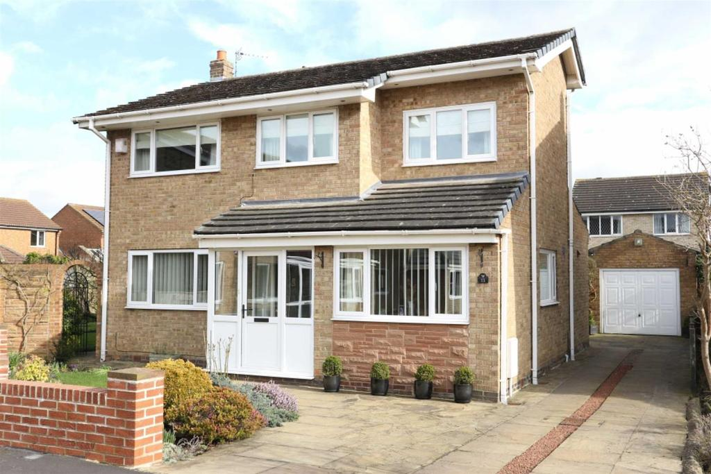 4 Bedrooms Detached House for sale in Grendon Gardens, Middleton St George, Darlington