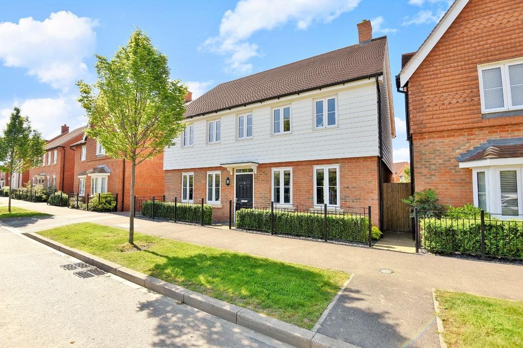 4 Bedrooms Detached House for sale in Pelling Way, Broadbridge Heath, RH12