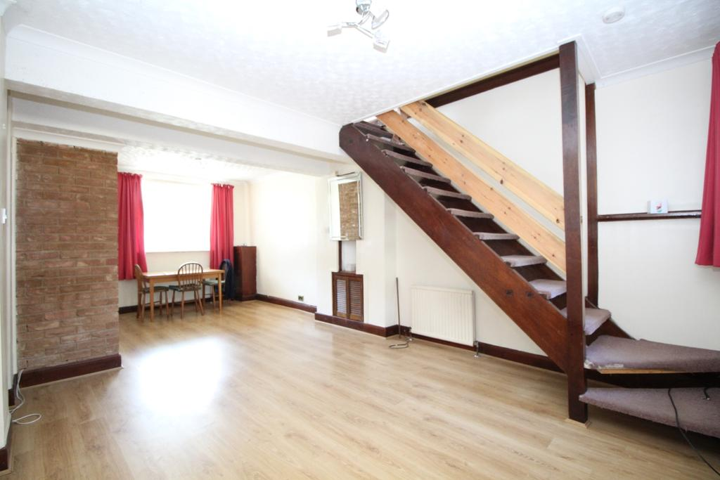 3 Bedrooms Terraced House for sale in Knockhall Road Greenhithe DA9