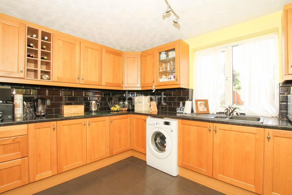 3 Bedrooms End Of Terrace House for sale in Howlands Area