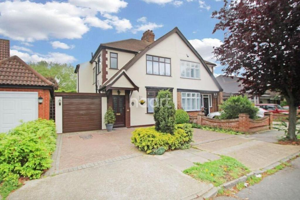 3 Bedrooms Semi Detached House for sale in Heather Gardens, Rise Park, Romford