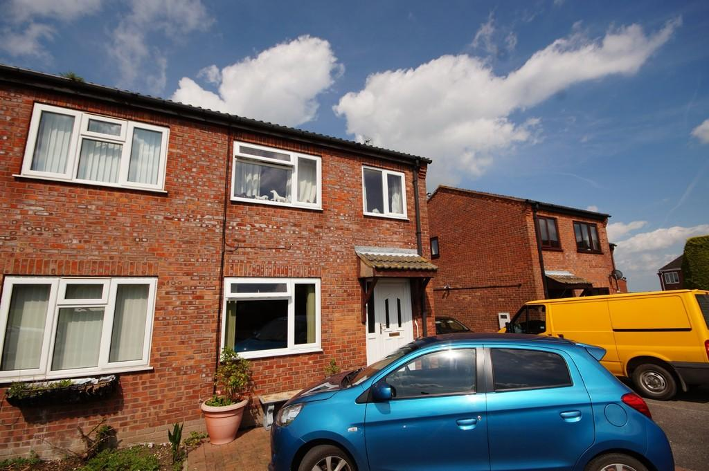 3 Bedrooms Semi Detached House for sale in Castle View, Walcott, Lincoln