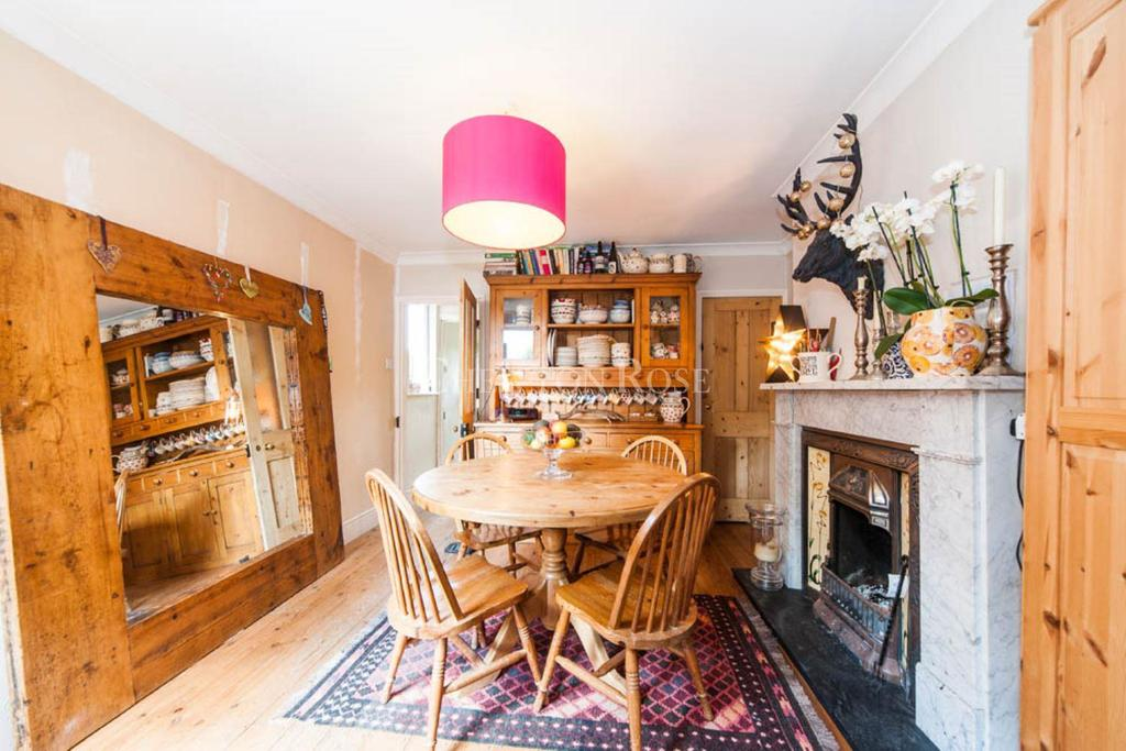 2 Bedrooms Semi Detached House for sale in Lower Village Road, Sunninghill