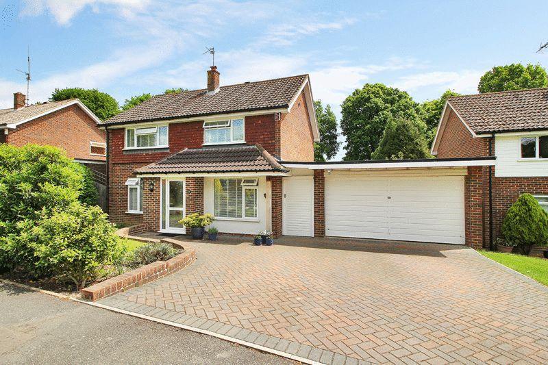 3 Bedrooms Detached House for sale in Heron Way, Horsham