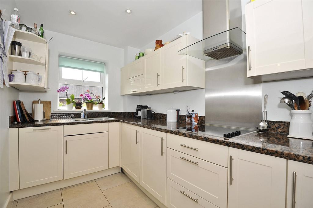 2 Bedrooms Retirement Property for sale in Bramshott Place, Tudor Court, Liphook, GU30