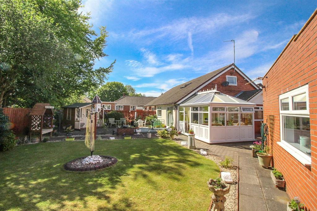 2 Bedrooms Semi Detached Bungalow for sale in Warkworth Crescent, Gosforth, Newcastle Upon Tyne