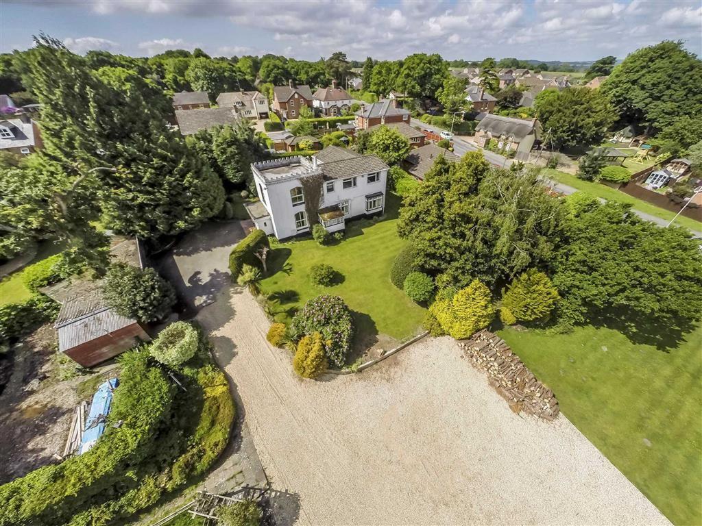 4 Bedrooms Detached House for sale in Wimborne Road, Corfe Mullen