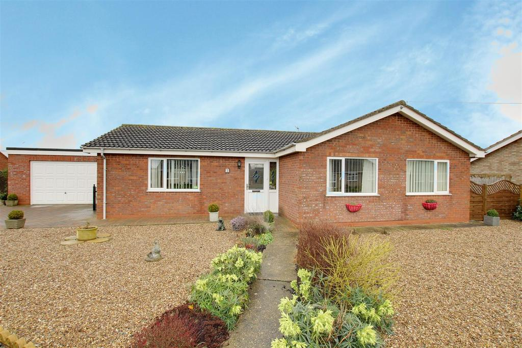3 Bedrooms Detached Bungalow for sale in 1 Mayflower Way, Mablethorpe
