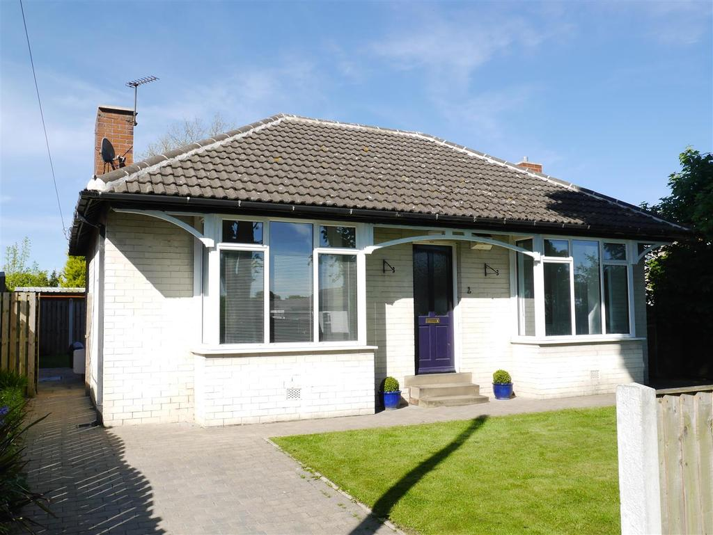 3 Bedrooms Detached Bungalow for sale in Moorland Drive, Birkenshaw, BD11 2BU