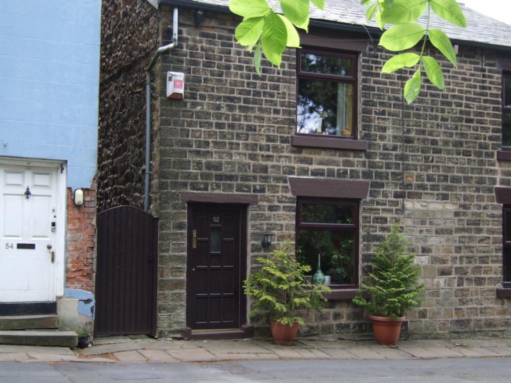 2 Bedrooms Semi Detached House for sale in Mottram Road, Gee Cross, SK14
