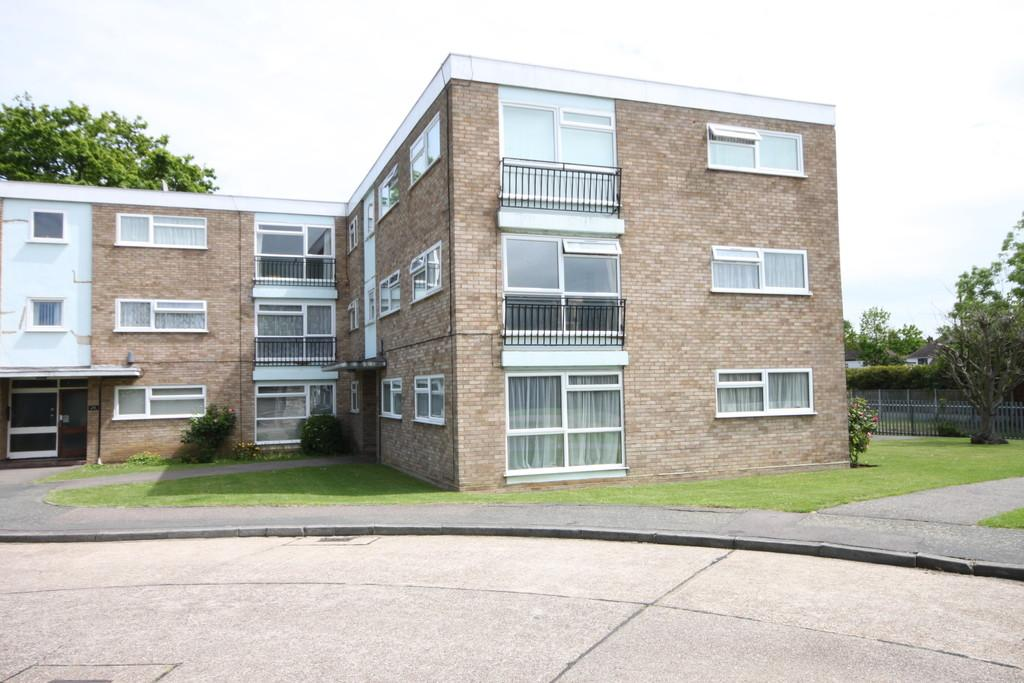 2 Bedrooms Flat for sale in St Lawrence Gardens, LEIGH-ON-SEA, Essex