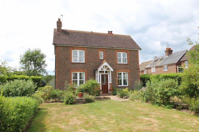 3 Bedrooms Detached House for sale in New Road, Forest Green