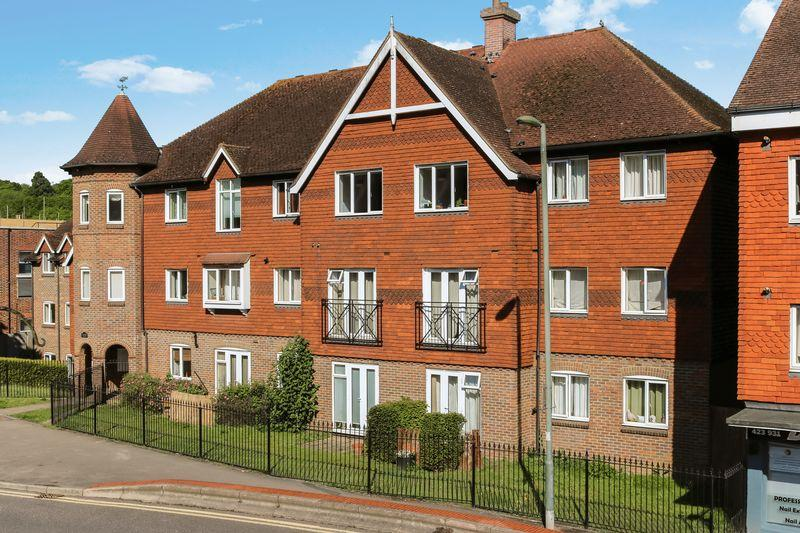 2 Bedrooms Flat for sale in Ladymere Place. CENTRAL GODALMING.