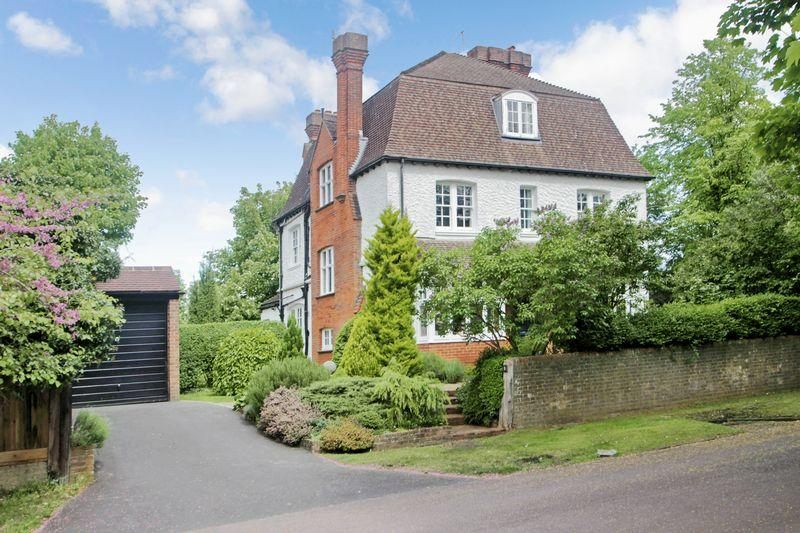 6 Bedrooms Detached House for sale in Downs Avenue, Epsom