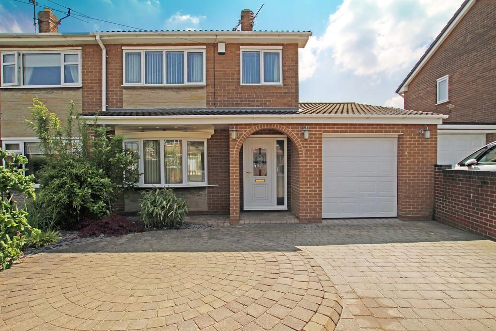 3 Bedrooms Semi Detached House for sale in Castle Close, Sprotbrough, Doncaster