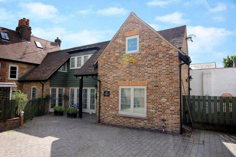 2 Bedrooms Mews House for sale in Cleveland Road, Markyate.