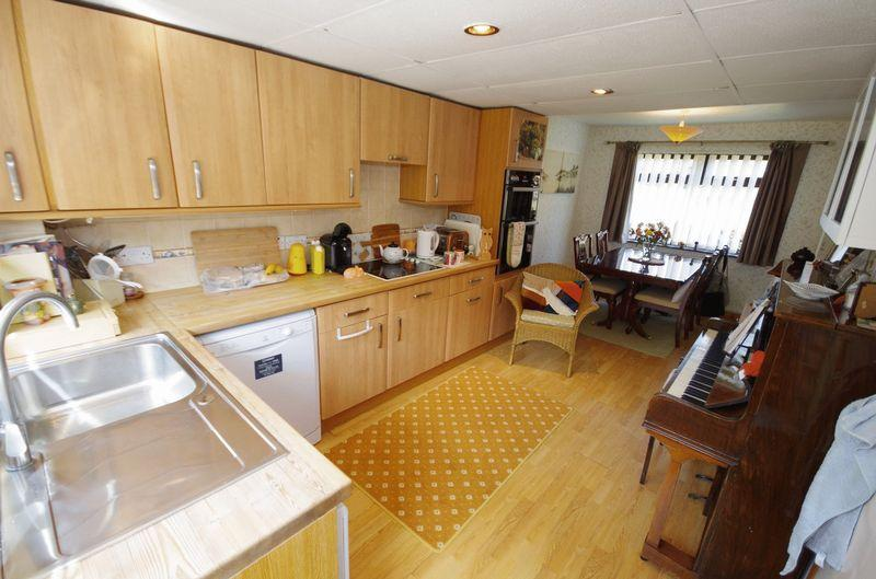 Sycamore drive patchway bristol 3 bed end of terrace for Terrace kitchen diner