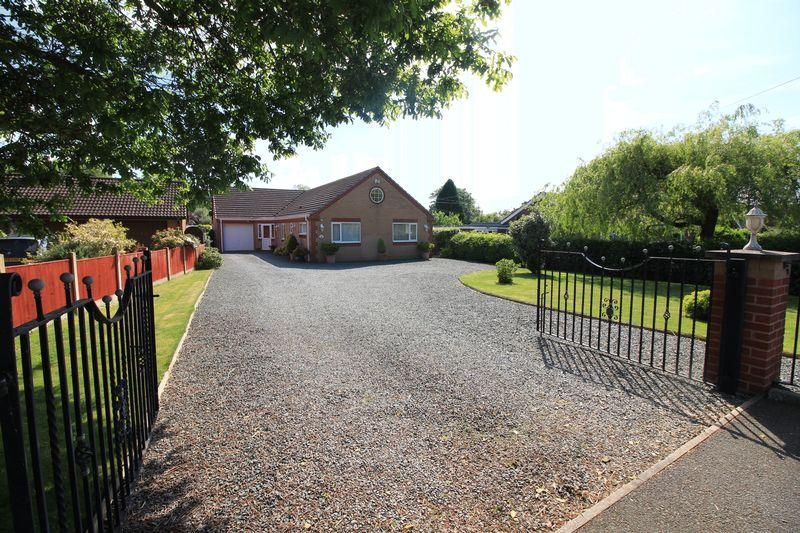 4 Bedrooms Detached Bungalow for sale in Maeswood, Llansantffraid