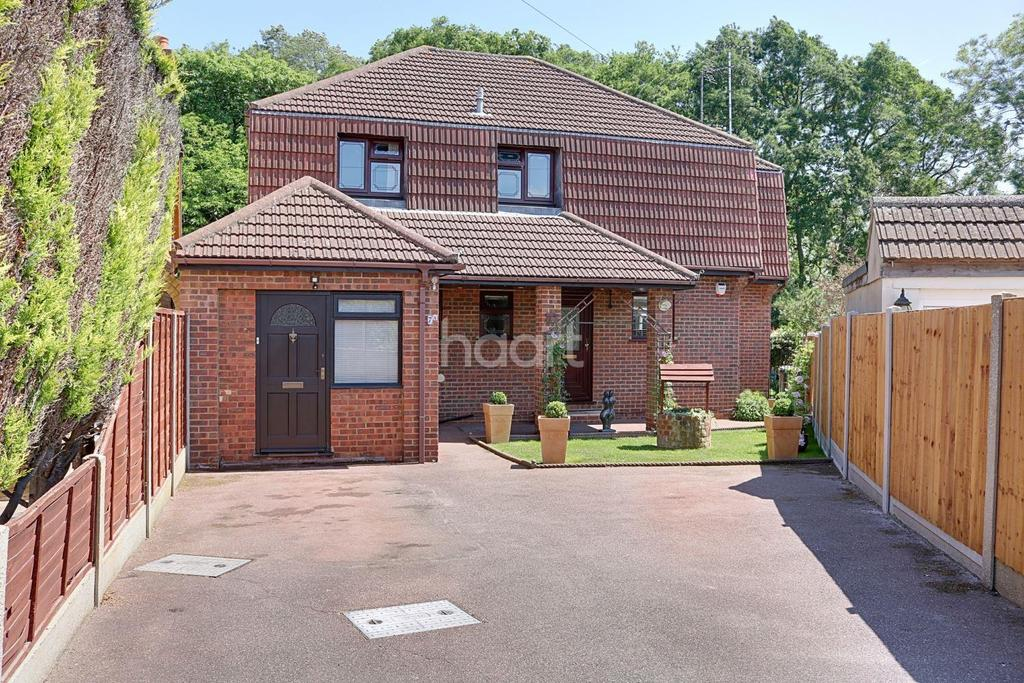 4 Bedrooms Detached House for sale in Harrow Close, Hockley