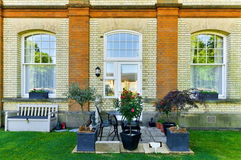 2 Bedrooms Flat for sale in Cavendish Walk, Epsom, Surrey