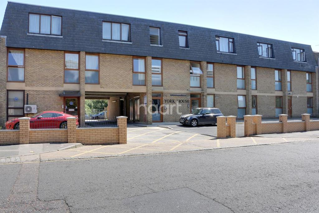 2 Bedrooms Flat for sale in York House, Western Road, Romford Centre