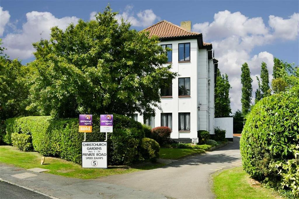 3 Bedrooms Flat for sale in Christchurch Gardens, Epsom, Surrey