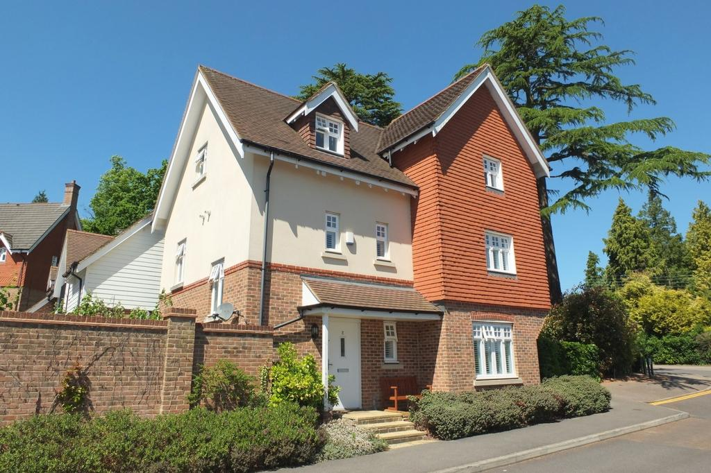 4 Bedrooms House for sale in St Pauls on the Green, Haywards Heath, RH16