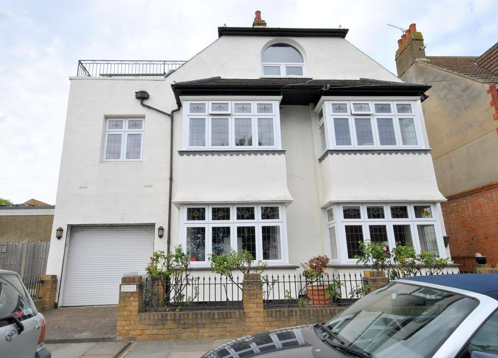 3 Bedrooms Penthouse Flat for sale in Victor Drive, Leigh-on-Sea