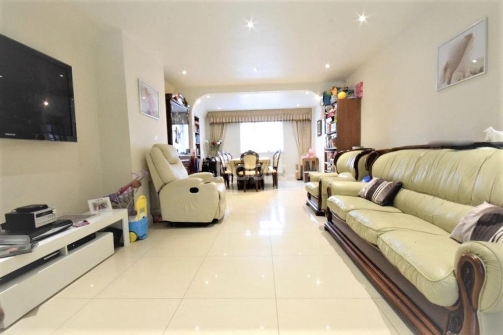 4 Bedrooms Semi Detached House for sale in Sturgess Avenue, NW4