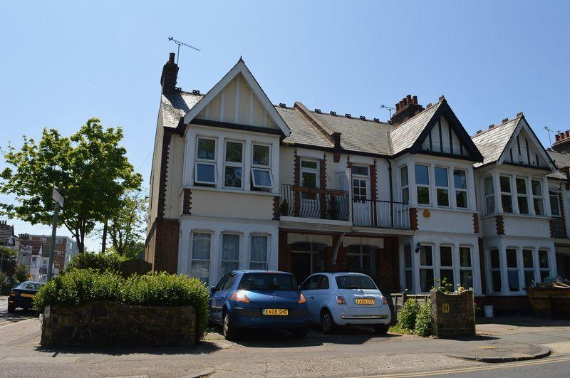 3 Bedrooms Flat for sale in Shaftesbury Avenue, Southend-On-Sea