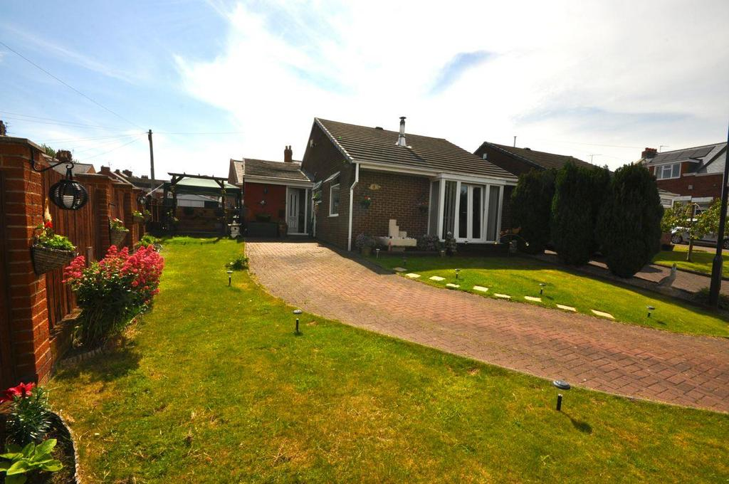 3 Bedrooms Semi Detached Bungalow for sale in Laburnum Close, South Hylton, Sunderland