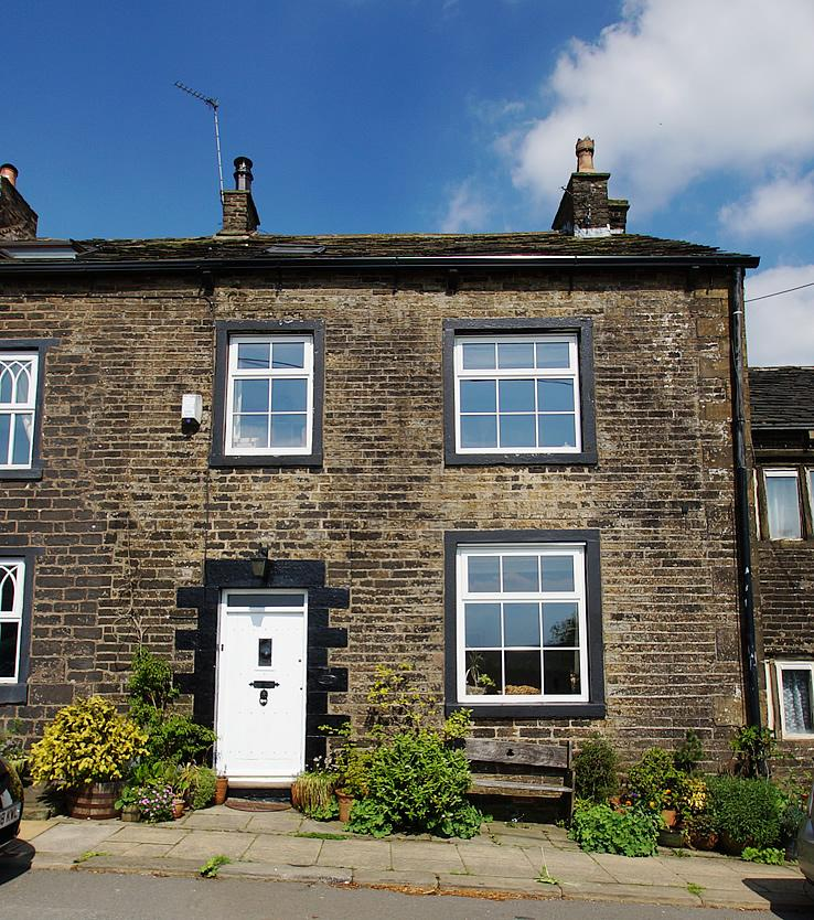4 Bedrooms Terraced House for sale in Stockport Rd, Lydgate OL4