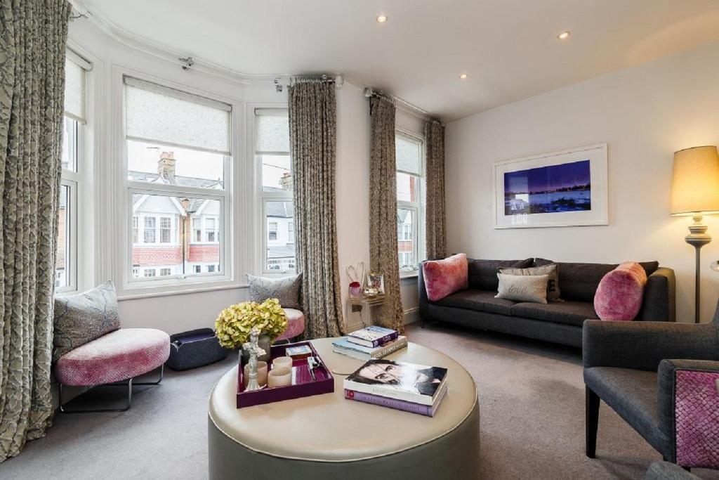 3 Bedrooms Flat for sale in Ravensbury Road, Earlsfield, SW18