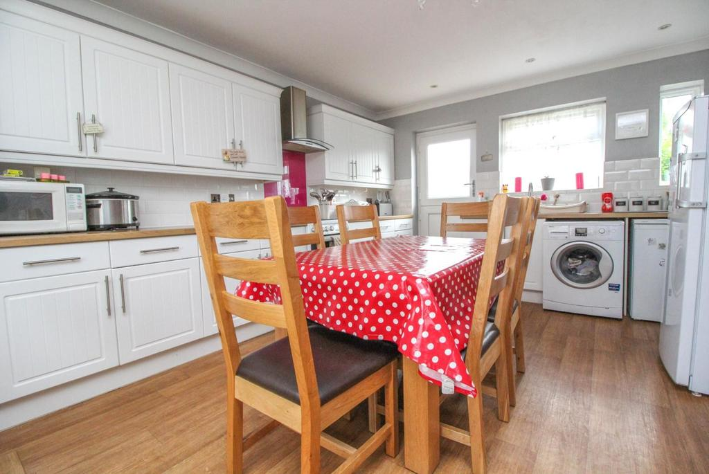 3 Bedrooms Terraced House for sale in Cornwall Road, Pilgrims Hatch, Brentwood, Essex, CM15
