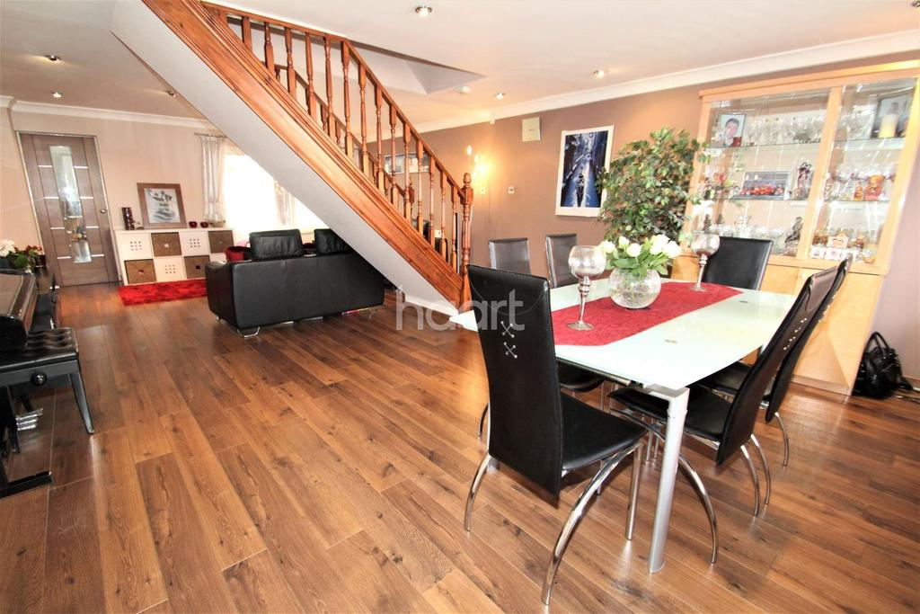 4 Bedrooms End Of Terrace House for sale in Bennetts Close