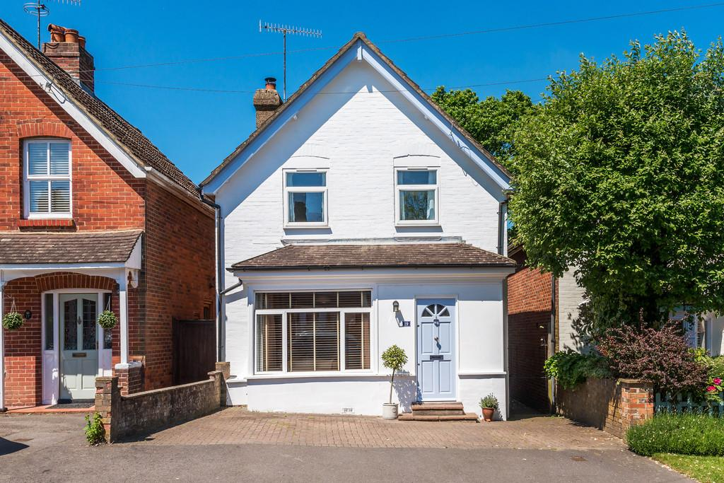 3 Bedrooms Detached House for sale in Camelsdale, Haslemere